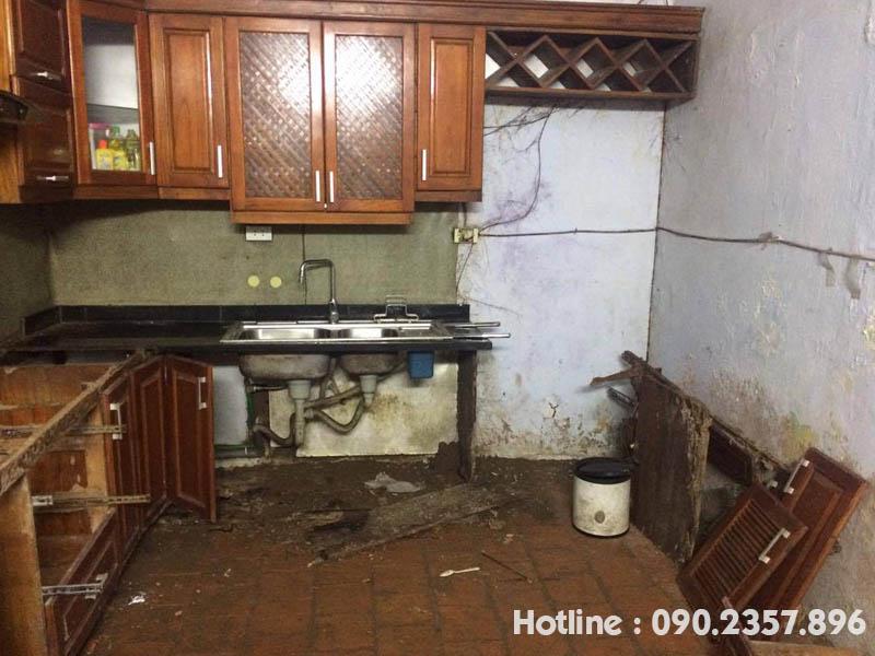 một tủ bếp bị mối phá hoại